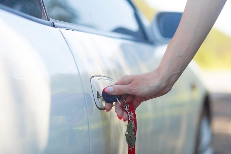 beragadt autó ajtó kinyitása